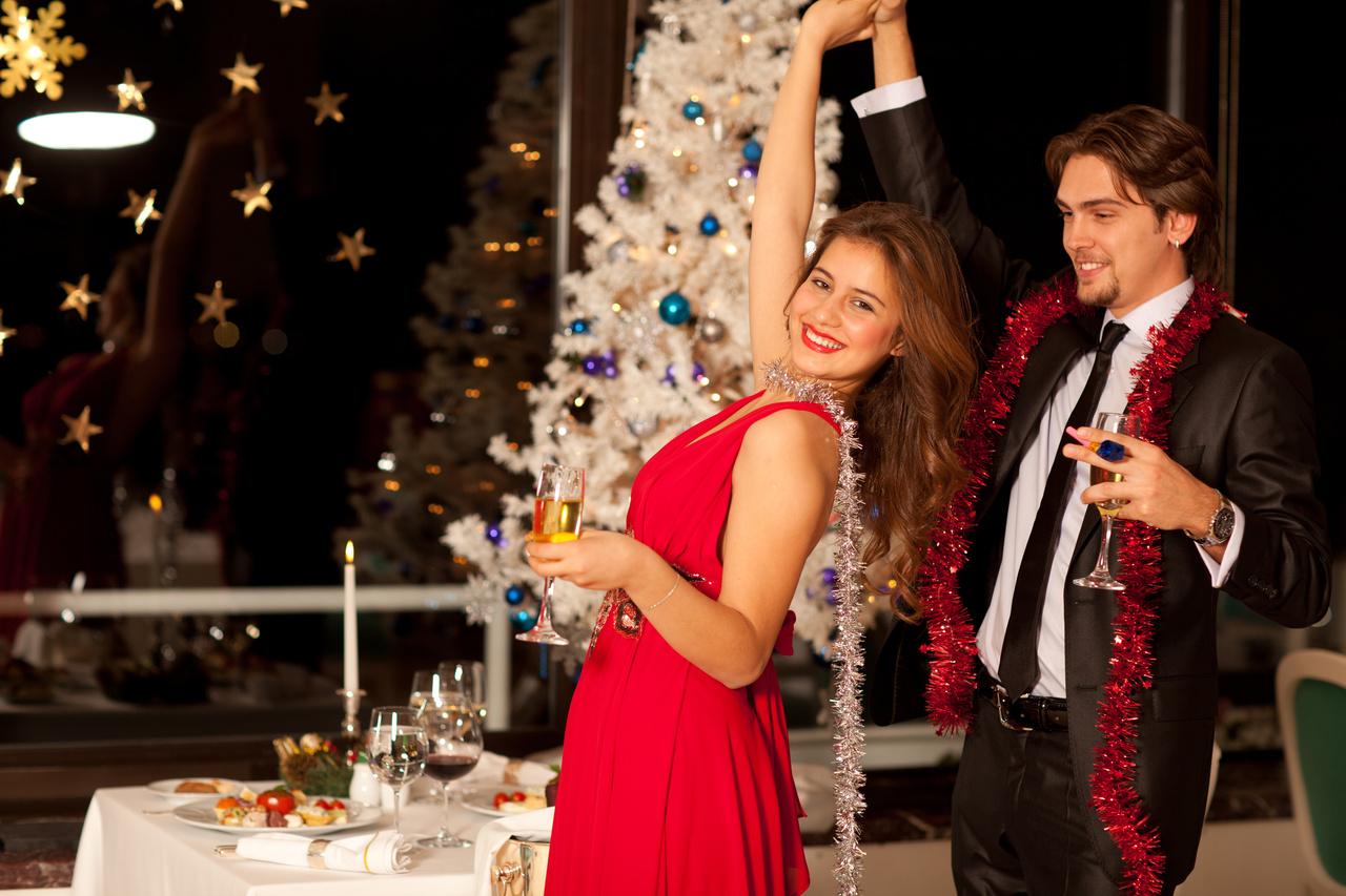 Аксессуары для встречи Нового года (ёлка, настольные лампы, гирлянды)
